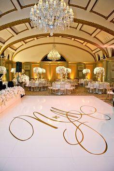 Salón elegante con suelos de mármol e iniciales sobre él. ¡Imagínate las tuyas ahí!