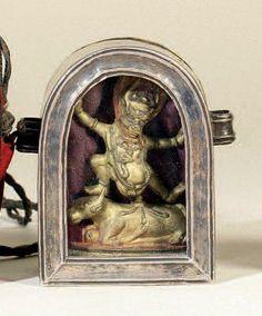 TIBET - XVIIIe siècle Reliquaire (gau) en cuivre et argent, découvrant à l'intérieur une statuette du Dharmapala Yama debout en alidasana...
