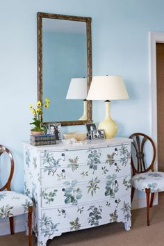 come-rinnovare-mobile-legno-dècoupage-motivi-floreali-carta-colla-vernice-bianca-decorare-lampada-da-tavolo-vaso-fiori-libri