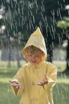 Get used to the rain as a child and it is no problem to you as an adult. Could you imagine playing in the rain on your way to work? Walking In The Rain, Singing In The Rain, Rainy Night, Rainy Days, Rainy Weather, Smell Of Rain, Rain And Thunder, I Love Rain, Sound Of Rain