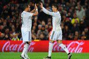 Cristiano Ronaldo del Real Madrid CF (R) celebra con Pepe (L) como él anota su primera y la igualación de gol durante el partido de Liga entre el FC Barcelona y el Real Madrid CF en el Camp Nou el 22 de marzo de 2015, de Barcelona, España.