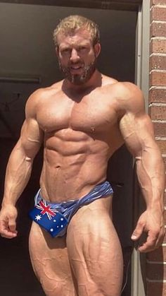 Hot bodybuilder check out those big muscles cumshot