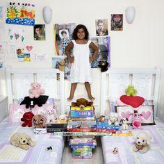 El fotógrafo italianoGabriele Galimberti ha viajado por todo el mundo fotografiando a niños con sus juguetes para el proyecto Toy Stories. Las imágenes muestran las diferencias entre los países de... http://mamasmolonas.com/toy-stories-de-gabriele-galimberti/