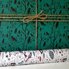 Unser neues #Weihnachtsgeschenkpapier harmoniert super mit unserem grünen Vogelpapier.  Looking great together: our #Christmas #wrappingpaper and our birds in Green.