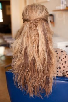 Love this messy fishtail braid half-up, half-down style. Would look really good with a bump in the front too I think