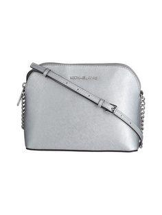 MICHAEL Michael Kors Cindy LG Dome Crossbody -nahkalaukussa on kaunis metallinhohde. Tilaa oma juhlalaukkusi stockmann.com-verkkokaupasta.