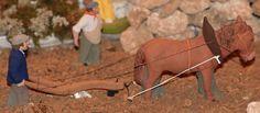 Robert Canut est un des rares santonniers capables de réaliser une scène aussi élaborée que celle de ce paysan labourant son champ à la charrue que tire le cheval. Cette composition témoigne de l'attachement véritable du santonnier à ce qu'était jadis la vie simple du laboureur travaillant la terre pour en vivre.