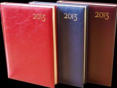 Agenda Arti Lux A5 - Format finit: 13.8 x 20.5 cm (A5) Nr. pagini: 336 pagini   8 pagini harti (A5) Hârtie: ivory, 70 g/mp, colturi perforate Tipar: 2 culori Finisare: cusuta, legata, folio, semn de carte rosu, coperti buretate Culori disponibile: rosu, negru, albastru, verde, bordeaux