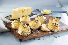 Disse salte 'brødene' er perfekte til festbordet, strødd med sprø gresskarfrø og deilig Jarlsberg®.