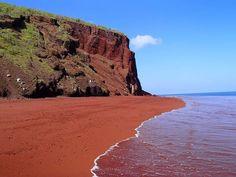 La playa de arena roja de Rabida, Islas Galápagos.  Este color nos recuerda a la superficie marciana, y es que su origen es similar, el óxido. En el caso de esta playa, procedentes de los ricos depósitos en hierro que expulsaron los volcanes. También se atribuye su color a los sedimentos formados por las partículas de coral fragmentado.