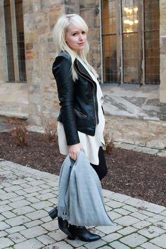 Layered Look. Black jacket & grey scarf # winter boots.   zukkermaedchen.de