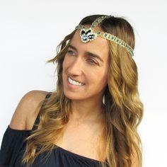 [ Tuto ] Ce headband avec des cristaux Swarovski Crystals est idéal pour apporter une touche d'originalité à vos tenues pour les soirées d'été ! Merci à MY WHITE IDEA DIY >>> https://www.perlesandco.com/Tiare_headband_Swarovski_et_dentelle-s-2628-21.html