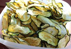 Here a squash chips recipe made with whole squash slices as well as another technique using processed squash with chia and other ingredients. Both are delcious and crispy snack alternatives.
