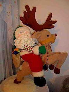 Molde Papa noel y reno volador Christmas Deer, Christmas Crafts, Christmas Decorations, Christmas Ornaments, Christmas Stuff, Manta Polar, Deer Pattern, Felt Toys, Felt Ornaments