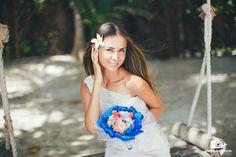 Один из самых популярных стилей, который выбирают молодожены для свадьбы на берегу океана – это, конечно, морской. Но вариантов этого стиля существует огромное множество. Например, вот такой корабельный – штурвал, веревки, ракушки и жемчужины – букет невесты, выполненный, кроме того, в национальных цветах доминиканского флага – насыщенном синем, ярком алом и снежно-белом. Символ тайной организации «Тринитария», боровшейся с гаитянскими захватчиками, стал официальным флагом Доминиканской…