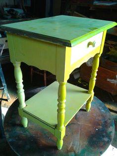 Mesa de cabeceira antes da restauração   (tentaram pintar de amarelo  )