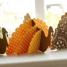 Make pretty paper turkeys! perfect for Thanksgiving place settings.