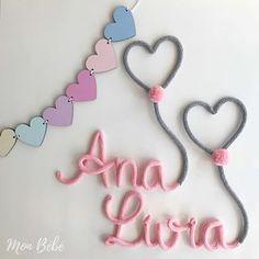 É fofurice demais gentee . ♡ Varalzinho de corações em MDF: R$ 39,00 ♡ Nome em Tricotin: valor sob consulta . . #mdf #tricotin #varalzinho #decoracaoquartodebebe #babyroom #ana #livia #love #rosaecinza #candycolors #monbebe