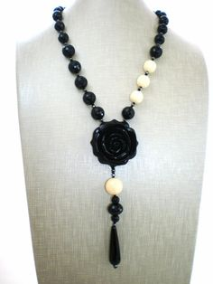 Carved black resin rose necklace with onyx and di Sofiasbijoux, €59.00