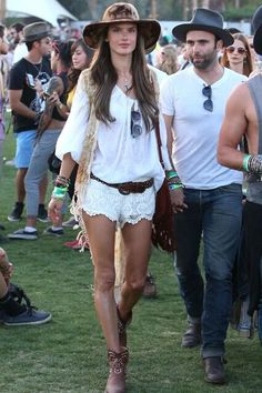 An Angel lands in Coachella! Victoria's Secret model Alessandra Ambrosio heats up desert music festival in hippie chic style Hippie Chic, Hippie Elegante, Moda Hippie, Estilo Hippie, Moda Boho, Bohemian Mode, Coachella Festival, Music Festival Outfits, Music Festival Fashion