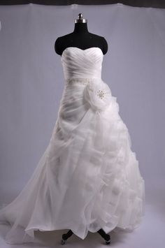 Duosheng's version of that Maggie Sottero Antonia. I do not like this reproduction at all. Landy's did much better.