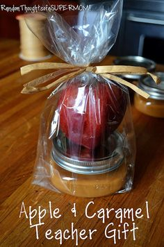 Teacher Gifts : *Random Thoughts of a SUPERMOM!*: Back to School Apple and Caramel Teacher Gift jargifts : Teacher Gifts : *Random Thoughts of a SUPERMOM!*: Back to School Apple and Caramel Teacher Gift jargifts Jar Gifts, Food Gifts, Craft Gifts, Apple Gifts, Little Presents, Diy Presents, Caramel Apples, Apple Caramel, Caramel Dip