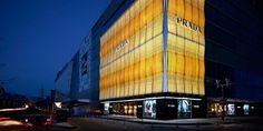 Prada continua nella sua strategia di retail ed inaugura il suo primo negozio a Almaty, Kazakistan, all'interno del prestigioso Esentai Mall.http://www.sfilate.it/213339/le-collezioni-moda-prada-brillano-nello-store-di-740-mq-kazakistan