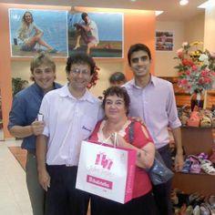 Claudia posando con nuestros vendedores en la sucursal de Resitencia (Chaco) y los zapatos de su casamiento... Gracias por elegirnos :-)