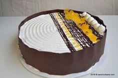 Tort aniversar cu mousse de ciocolata si jeleu de portocale – la aniversarea a 2 ani de blog culinar Savori Urbane. Un entremet cu insert de jeleu de portocale. Blat umed de negresa (cu ciocolata), doua creme tip mousse (una de ciocolata si una de portocale) si un strat de jeleu. Exteriorul tortului este decorat