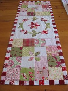 You could applique anything in the centre areas. Charm squares at either end. Patchwork Table Runner, Table Runner And Placemats, Table Runner Pattern, Quilted Table Runners, Small Quilt Projects, Quilting Projects, Small Quilts, Mini Quilts, Plus Forte Table Matelassés