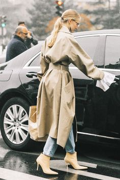 14 Perfect Trench Coat Outfits Wondering how to wear your trench coat outfits? Get some inspiration from the street style scene. Trench Coat Outfit, Camel Coat, Trench Coat Style, Look Fashion, Trendy Fashion, Womens Fashion, Fashion Trends, Fashion Coat, 50 Fashion