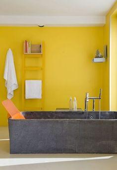 Un salle de bains jaune tonique