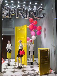 Risultati immagini per vetrina primavera abbigliamento