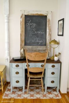 Are you looking for a desk for your home, but want one that is pretty? This Painted Desk Makeover took an old desk and made it a beautiful piece to work on. Doors Repurposed, Repurposed Desk, Desk Makeover, Country Chic Paint, Painted Desk, Ladder Decor, Desk Redo, Redo Furniture, Desk