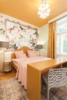 """Realizace květinové ložnice.Majitelka si přála """"hotelovou"""" postel. Vybrala jsem levnější korpus v IKEA a k němu jsem nechala ve studiu Zebří oko vyrobit originální čalouněné čelo. Luxusní kus nábytku tak vyšel na 35 000 Kč. Zajímavé židle jsem našla v nábytkovém řetězci – stály jen tisícovku....#interiordesign#bedroom#luxury#květyvložnici Holiday Apartments, Studios, Ikea, Furniture, Home Decor, Decoration Home, Ikea Co, Room Decor, Home Furnishings"""