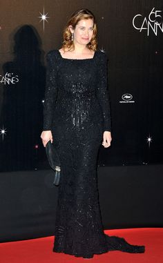 La actriz francesa Emmanuelle Devos, miembro del jurado de este año, con un long black dress firmado por el libanés Elie Saab,Cannes 2012
