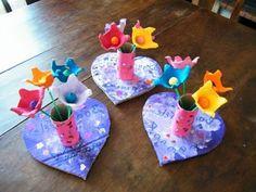 des alvéoles de boites à oeufs transformées en fleurs dans des vases multicolores, activité manuelle printemps maternelle