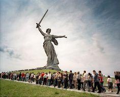 """Im russischen Wolgograd strömen Tausende am 9. Mai zur Statue """"Mutter Heimat ruft"""". Alljährlich wird hier der Sieg der Roten Armee über die deutsche Wehrmacht gefeiert, photo: Meinrad Schade"""