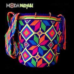 Otra de nuestras espectaculares mochilas! Esta pieza es única! Tiene una mezcla hermosa de colores... y un acabo especial, totalmente diseñada. Disponible para envíos nacionales ✨ #wayuubags #wayuubag #wayuuhat #enviosnacionales #enviosinternacionales #modawayuubag #mochila #mochilaswayuu #ArteWayuu #ModaWayuu Tapestry Bag, Tapestry Crochet, Crochet Designs, Crochet Patterns, Mochila Crochet, Wholesale Bags, Boho Bags, Knitted Bags, Scrappy Quilts