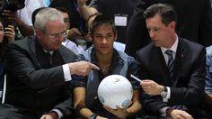 CEO da Volkswagen Martin Winterkorn pede autógrafo a Neymar no Salão do Automóvel em São Paulo com uma bola produzida pela Saturno Brindes.