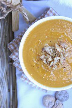 Velouté de potimarron, châtaignes & figues séchées  ( pour 4 bols )   1 petit potimarron  - 1 grosse patate douce  - 6 carottes moyennes   - 1 bel oignon jaune  - 1 petite pomme de terre  - 125g de châtaignes rincées et égouttées  - 3 figues séchées - 95cl de bouillon de champignons sauvages - 3 feuilles de sauge  - 1 càc de sucrant liquide  - Huile de noisette  - Fleur de sel de Guérande  - Poivre 5 baies