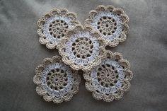 Weer een leuk patroon voor onderzetters. Ik vind deze kleurencombi ook erg mooi. Het is een Nederlands geschreven patroon van Busy Bessy. Crochet Potholders, Crochet Quilt, Crochet Home, Diy Crochet, Crochet Doilies, Knitting Patterns, Crochet Patterns, Crochet Embellishments, Crochet Decoration