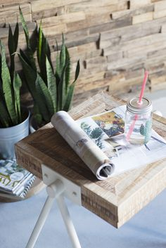 Misschien ken je onze populaire salontafel Square al. Deze stoere tafels hebben we nu ook uitgebracht in een frisse whitewash met witte poten.