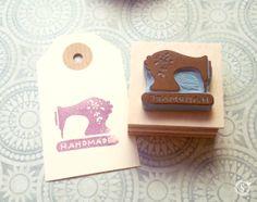 maquinita de coser / rubber stamps Stamp, Handmade, Door Bells, Sew, Tags, Stamps, Paper Envelopes, Wood, Hand Made