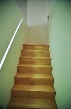 minimalistische Treppe mit beleuchtetem Handlauf