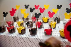Docinhos Mickey Mickey Mouse Birthday Theme, Fiesta Mickey Mouse, Mickey Mouse Parties, Mickey Party, Minie Mouse Party, Ball Birthday Parties, Baby First Birthday, First Birthdays, Mousse