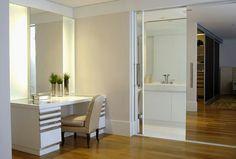 Closet - ambiente separado do quarto por uma porta de correr de vidro.