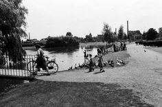 Belcrumpark met op de achtergrond de fabrieksschoorsteen van De Faam