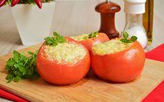 Antigamente eu tinha um preconceito com tomate recheado, mas isso mudou imediatamente quando provei essa delícia. O mais legal dessa receita é que dá para adaptar o recheio para quase tudo que tem na geladeira, fazendo o tomate um…