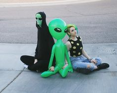 I don't understand what's happening here<<<<Ayy Lmao Paranormal, Alien Aesthetic, Aesthetic Pastel, Space Grunge, Alien Queen, Space Aliens, Aliens And Ufos, Kawaii, Stuff And Thangs